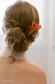 El recogido de una novia el día de su enlace. Un peinado de boda sencillo, natural y con encanto.