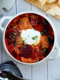 """世界三大""""意外と簡単""""スープのボルシチです♪  お肉と野菜の旨味を活かすため具材は多め。  ビーツは手に入りやすい真空パックか缶詰のもので作ります。  圧力鍋があると便利かな(^^)"""