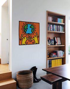 Le monde entier est entre nos mains. Soutenons cette planète que nous appelons maison.  Découvrez Globe, issu de la toute nouvelle collection de stickers muraux par Keith Haring pour illuminer tous les murs vides qui vous entourent.