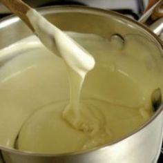 Bechamel sauce is a versatile white sauce which can be used plain or combined with other spices and flavours. Receta Salsa Pesto, Salsa Bechamel Recetas, Food Network Recipes, Food Processor Recipes, Cooking Recipes, Tri Lece, Vegan Lasagna Recipe, The Kitchen Food Network, Tostada Recipes