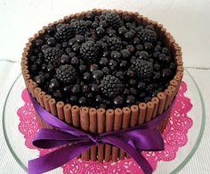 Marian pieni leipomo - Maria's little bakery: Mustaherukka-vaniljakakku / black currant and vanilla cake