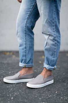 High-waist blue jeans, a flaccid hat, a really long cardigan and slip-on sneakers make the ideal attractive and casual outfit. slip on sneakers outfit work Women's Shoes, Me Too Shoes, Shoe Boots, Flat Shoes, Zapatos Slip On, Sneakers Fashion, Fashion Shoes, Gray Sneakers Outfit, White Sneakers