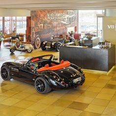 V8 HOTEL IM MEILENWERK  > Automobile Concept Place    자동차는 어느 나라가 유명할까? 몰랐던 사실은 메르세데즈-벤츠,BMW,AUDI가 같은 나라에서 만들어진 차라는 것! 그 나라가 바로 독일이다. 독일에는 자동차 산업의 중심 국가답게 자동차를 테마로 한 이색 호텔이 있다. 벤츠의 도시라고 불리우는 슈투르가르트에 위치한 자동차를 테마로한 4성급 V8. 이 호텔은 남자들이 더 열광하는 HOTEL, 차 마니아들이라면 당장이라도 예약해 갈 것 같기도 한 공간이다. 공항 관제탑을 개조해서 만든 V8호텔은 객실이 자동차 경주장, 정비소, 세차장 등 자동차 관련 테마로 각각 다르게 꾸며져 있다. 자동차를 직접 개조해 만든 침대, 각각 특색있는 테마로 기존의 일반 호텔에서 느낄 수 없는 색다른 분위기를 느낄 수 있다. 객실뿐만 아니라 레스토랑을 비롯한 부대시설도 자동차 관련 디자인이 도입되었다고하니 더 흥미롭다.