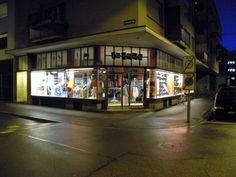 16 tons Anwandstrasse 25 CH–8004 Zürich 044 242 02 03 16tons@bluewin.ch  Öffnungszeiten: Mo-Fr 12.00-18.30 Sa 11.00-17.00  Records, clothing, furniture