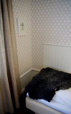 Small trellis design wallpaper in hotell room. Trellis Design, Designer Wallpaper, Dorm Room, Shag Rug, Floors, Cottage, Tv, Home Decor, Wallpapers