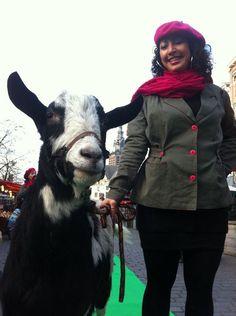 StoereVrouw Michelle 'verkoopt' een geit op de Green Catwalk van de OxfamNovib pakt uit pop-up store!  01-12-2012
