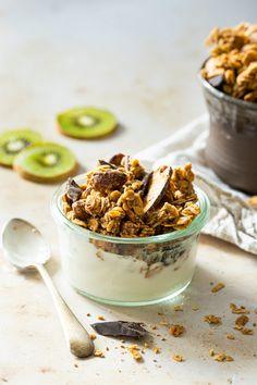 Granolas bioniques au beurre d'amandes et chocolat noir Granola, Vegan Recipes, Vegan Food, Panna Cotta, Biscuits, Muffins, Cereal, Gluten, Food And Drink