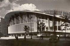 Palacio de los Deportes, década de 1960.  García Garrabella.      En el solar que ocupa, se ubicó una plaza de toros hasta 1934. En 1952, el alcalde José María Gutiérrez del Castillo promovió la construcción de un pabellón deportivo como el que ya existía en otras capitales europeas. En 1953 se convocó un concurso para la realización del palacio. El Palacio fue inaugurado en  el año 1960.