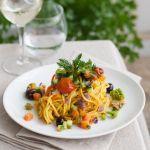 Porta in tavola con Sale&Pepe dei particolarissimi spaghetti alle carote con curcuma e verdure; un piatto saporito e diverso dai soliti. Vota la ricetta!