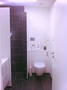 lille badeværelse renovering - Google-søgning Bathroom Inspo, Space Saving, Toilet, New Homes, Interior, House, Bathrooms, Laundry, Google