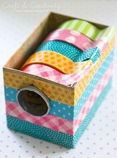 Puedes hacer un organizador de washis decorando cajas con cintas washi