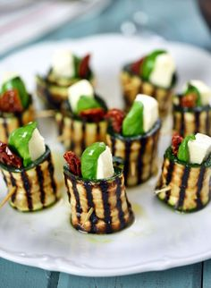 Mediterranean Diet Plan Grilled zucchini roll-ups with mozzarella, basil and sun-dried tomatoes Zucchini Rolls, Grilled Zucchini, Grilled Pizza, Grilled Vegetables, Veggies, Mozzarella, Vegan Appetizers, Appetizer Recipes, Asian Diet