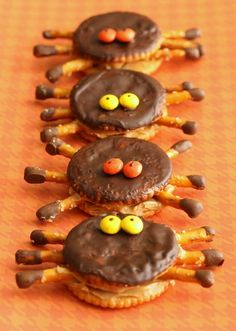 Halloween - Sprinkled with Flour: Ritzy Spiders - Ritz crackers, chocolate chips, pretzels, PB and mini Reeses pieces Halloween Snacks, Hallowen Food, Fete Halloween, Halloween Goodies, Halloween Clothes, Costume Halloween, Happy Halloween, Ritz Crackers, Butter Crackers