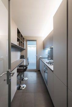 long narrow kitchen Cortina fixada na porta de aluminio Attico a Roma by CMT architetti Apartment Kitchen, Home Decor Kitchen, Kitchen Interior, Küchen Design, House Design, Long Narrow Kitchen, Small Galley Kitchens, Cuisines Design, Kitchen Layout