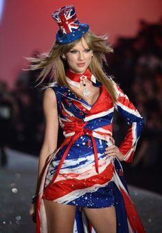 Taylor Swift donned a Union Jack mini-dress during her performance at the annual Victoria's Secret fashion show in New York City on Wednesday. The singer took to the runway with a bevvy of be… Moda Victoria Secret, Victoria Secret Fashion Show, Erin Heatherton, Behati Prinsloo, Victoria's Secret, Taylor Swift Vestidos, Gq, Harry Styles, Union Jack Dress