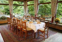Unsere Gartenwirtschaft, wie man Sie nirgends ausserhalb Bayerns findet – ein gemütliches Fleckerl – um es sich in der Natur gut gehen zu lassen und vom Tag zu erholen. Bei uns können Sie in unserem parkähnlichen Hotelgarten das typische bayerische Getränk - das Bier – genießen und einig Stunden unter der weiß-blauen Himmel verbringen. Einfach Freunde treffen oder mit der Familie im Garten festlich tafeln – alles ist möglich in unserer Gartenwirtschaft. Das Hotel, Outdoor Furniture Sets, Outdoor Decor, Hotel Offers, Spa, Traditional, Gardens, Videos, Beer