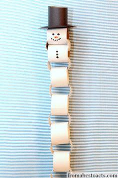 Een hele schattige sneeuwpop van wc-rolletjes of gewoon van papier. Je kunt hem zo lang maken als je zelf wilt. Ze kunnen leuk opgehangen worden in de klas.