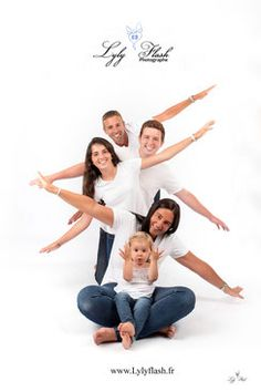 Portrait de famille , photo en famille studio photographe Family Photo Studio, Studio Family Portraits, Family Portrait Poses, Family Portrait Photography, Family Posing, Children Photography, Shooting Photo Famille, Shooting Photo Amis, Group Photo Poses
