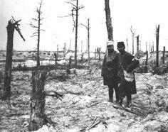 Stretcher bearers at the battlefield. Verdun, 1916. Brancardiers au champ de bataille. Verdun, 1916.