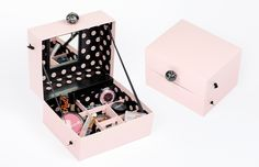 DIYs sind ganz klar trend! Was man alles aus unseren rosafarbenen Boxen machen kann, stellen wir euch in unserer monatlichen DIY-Reihe vor. Los geht's mit diesem schicken Beauty-Organizer, der Platz für eure Kosmetikschätze bietet. Was ihr dazu braucht:   2 …