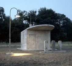 Monument voor de benzinepomp  langs de A30  door Henk Visch