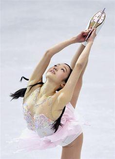 女子SP スピンする本田真凛=台北(共同) Gymnastics Flexibility, Sport Gymnastics, Olympic Gymnastics, Pose Reference Photo, Swimming Sport, Beautiful Athletes, Olympic Athletes, Figure Skating Dresses, Sporty Girls