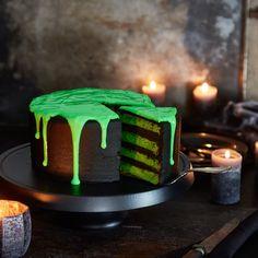 Es kommt auf die inneren Werte an: Diese schwarze Torte bietet deinen Halloweengästen nicht nur grünes Topping, sondern auch eine Überraschung im Inneren.