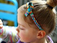 Nina ist Mutter zweiter kleiner Mädchen und Bloggerin auf Hedi näht. Aus eigener Erfahrung weiß sie, wie anstrengend zerzaustes Haar nach einem Spieletag sein kann und hat daher dieses süße Mini-DIY für einen Haarreifen aus Webbändern vorbereitet.
