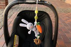 Lapin avec la carotte suspendus jouet, siège de voiture jouet, jouet poussette…