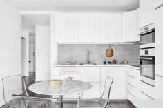 Looking for in-vogue kitchen design layouts and ideas? Check out the latest modern kitchen fixtures, cabinets, storage solutions and lighting ideas here. Modern Kitchen Fixtures, Philip Starck, Kitchen Dining, Kitchen Cabinets, Kitchen White, Open Kitchen, Dining Room, Dining Table, Cocinas Kitchen