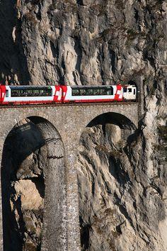 Rhaetian Railway Albula Line train on the Landwasser Viadukt entering the Landwasser tunnel, Switzerland. La Provence France, Glacier Express, Places To Travel, Places To Visit, Old Steam Train, Train Truck, Swiss Railways, Bonde, Chur