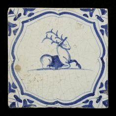 12 tegels van aardewerk met tinglazuur, voorstellende verschillende dieren binnen accolades, met vleugelblad als hoekmotief, ca. 1620-1650