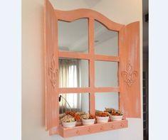 """Linda janela porta chaves, com espelho e compartimento que serve de porta trecos ou mini floreira.    Aceitamos encomendas em outras cores: amarelo girassol, amarelo gema, azul Tifanny, azul royal, azul turquesa, azul bebê, azul marinho, laranja, lilás, roxo, goiaba, vermelho, vinho, pink, rosa """"Danoninho"""", preto ou branco - Liso ou no Provençal.    Peça com aplicação de Flor de Lis nas laterais.  Possui 5 ganchos organizadores. R$ 95,00"""
