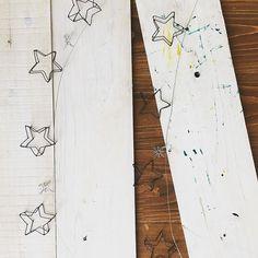 小さな星 5連* 星のガーランド。 これは紐ではなく針金なので 飾るのに扱いにくい一面もあるかもしれませんが 棚の一角に くねくね沿わせて飾れたりする長所もあり(o^^o) 紐のもあります(o^^o) #ガーランド#wirecraft #ワイヤークラフト#星#うみマルシェ #キズナ
