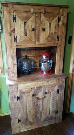 The products in any room, especially in the kitchen looks weird if left uncovered or stored at a proper place, so we have started showing you the unique ideas from the idea of reclaimed wood pallet storage cabinet. It can be placed in any room of the home where something for proper storage is required.