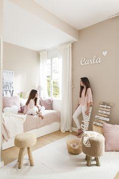 MG 5463. Dormitorio infantil en beige y rosa con dos taburetes sobre una alfombra blanca_MG 5463