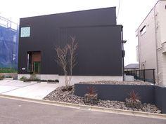 ガビオンのあるエクステリア Garden Design, House Design, Dark House, Metal Siding, Dry Garden, House Landscape, Japanese House, Exterior Design, Modern Architecture