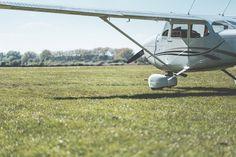 Aquí puedes descargar totalmente gratis esta imagen de una avioneta que esta preparada para despegar desde una gran ladera cubierta de césped. > http://imagenesgratis.eu/imagen-gratis-de-una-avioneta-preparada-para-despegar/
