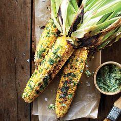 Maïs au barbecue et ses garnitures / C'est l'été: on reçoit toute sa tribu le plus simplement du monde, en organisant une épluchette de blé d'Inde.