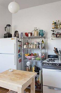 Colocar armários na cozinha pode sair bem caro. E apesar de eles protegerem a louça e outros utensílios, eles não são a única saída – especialmente quando a grana está curta. Existem outras soluções para a sua cozinha ficar bem bonita, mesmo sem os armários planejados dos sonhos. Que tal prateleiras? Além de organizarem a cozinha, podem também ser um ponto de interesse da decoração. Misture livros de culinária, latas decorativas e plantas com...