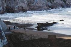 """Si escribiera el amor partituras   compondría despacio tu espalda.""  •  Ojalá cumplir los 20 allí.🌊  #damaquepintaenelsur #andressuarez #cantautor #desdeunaventana #landscape #nature #wild #free #flysch #cliff #beach #zumaia #euskadi #paisvasco #basquecountry #vsco #vscocam #tuesday #morning"