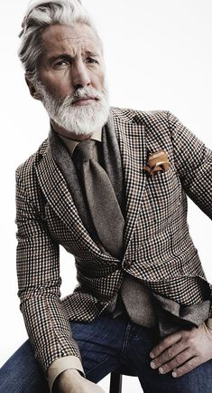 Den Look kaufen: https://lookastic.de/herrenmode/wie-kombinieren/sakko-businesshemd-jeans-krawatte-einstecktuch-schal/4266 — Braunes Sakko mit Hahnentritt-Muster — Braunes Einstecktuch — Beige Businesshemd — Dunkelblaue Jeans — Graue Wollkrawatte — Grauer Schal mit Fischgrätenmuster