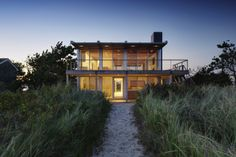 Making a plan to build a house may make you excited. You should consider the materials you will use to build your dream house. If you have a piling house, it will be an extraordinary idea. The use of piling for a house will make an elevated house. Modern Exterior, Interior Exterior, Exterior Design, Roof Design, Casas Containers, Dream Beach Houses, Architectural Features, Flat Roof, Beach House Decor