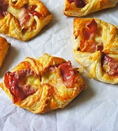 Heres an easy snack to make, tasty Ham And Cheese Croissants. Using just ready-rolled puff pastry and the two other handy ingredients, you have a great tasting after school or afternoon tea snack. Appetizer Recipes, Snack Recipes, Cooking Recipes, Brunch Recipes, Appetizers, Ham And Cheese Croissant, Great Recipes, Favorite Recipes, Amazing Recipes