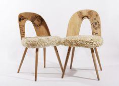 """""""Old school"""" stoličky Vyrobené : Máj 2012 / Materiál : Dub - masív, preglejka / Technika : Vypaľovanie do dreva / Veľkosť : 450 x 450 x 800 Výzdoba technika aplikovaná na nábytku sa dá prirovnať tetovaniu, ktoré vidíme bežne na telách ľudí. Telo a jeho význam nepatrí nikomu inému, iba jeho nositeľovi. Súčasný individualizovaný človek označkovaním vyjadruje odstup od ..."""