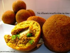 Here is another of the dishes symbol of Sicily in the world, a 'street food' that has definitely made a career: are the arancini (o arancine, as they say in Palermo). Innumerevoli le versioni c...
