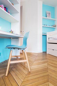 Parquet en pointe de Hongrie constrastant avec le bleu de la chambre - décoration Coralie Vasseur dans un appartement parisien haussmannien