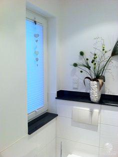 Dezente Farbtupfer im #Badezimmer - wie hier am Fenster mit einem Plissee Rollo vom Raumtextilienshop