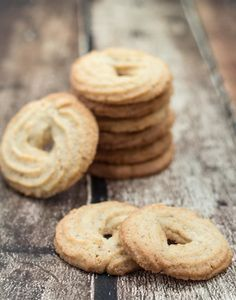 Recipe for Homemade Danish Butter Cookies (Vaniljekranse) [Ah ha! A pastry bag is used. Guess I have to buy one of those. Cocoa Cookies, Vanilla Cookies, Almond Cookies, Baking Recipes, Cookie Recipes, Dessert Recipes, Danish Butter Cookies, Biscuit Cookies, Danish Food