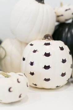 Super fun idea for a fall craft project or for Halloween! These paint pen patterned no-carve pumpkins are so easy that kids or adults can create them. It's an awesome alternative pumpkin decoration idea that will update your fall decor to something modern Casa Halloween, Halloween Inspo, Halloween 2020, Holidays Halloween, Halloween Crafts, Halloween Decorations, Halloween Party, Dollar Store Halloween, Fall Decorations